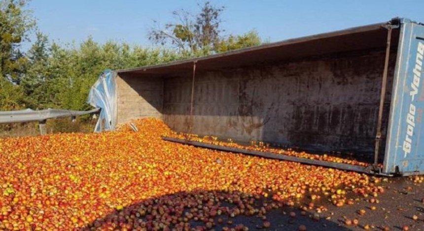 Трассу Киев - Харьков засыпало яблоками (фото)