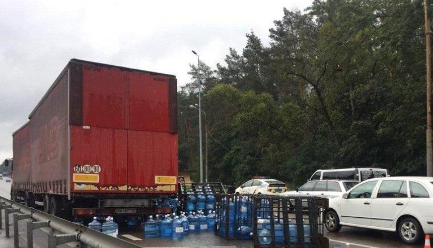 На въезде в Киев из-за ДТП из грузовика на дорогу вывалились бутыли с водой (фото)