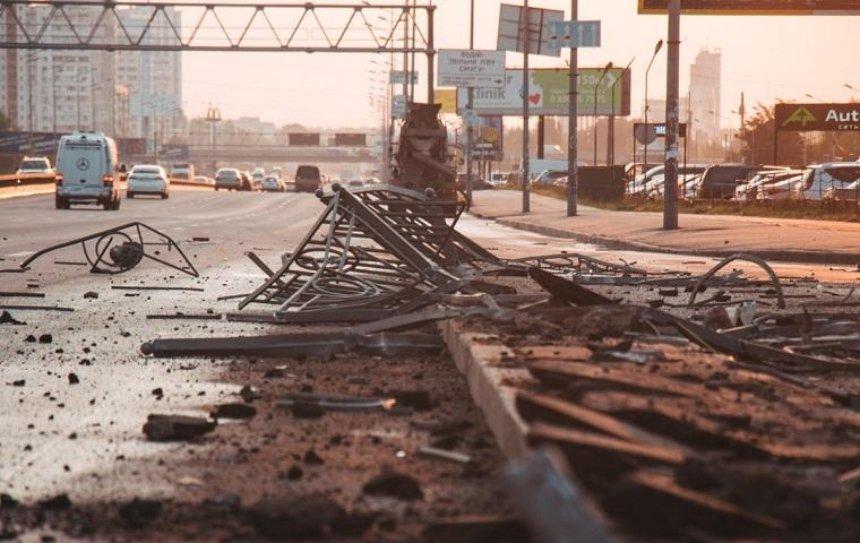 У метро «Позняки» бетономешалка снесла ограждение (фото)