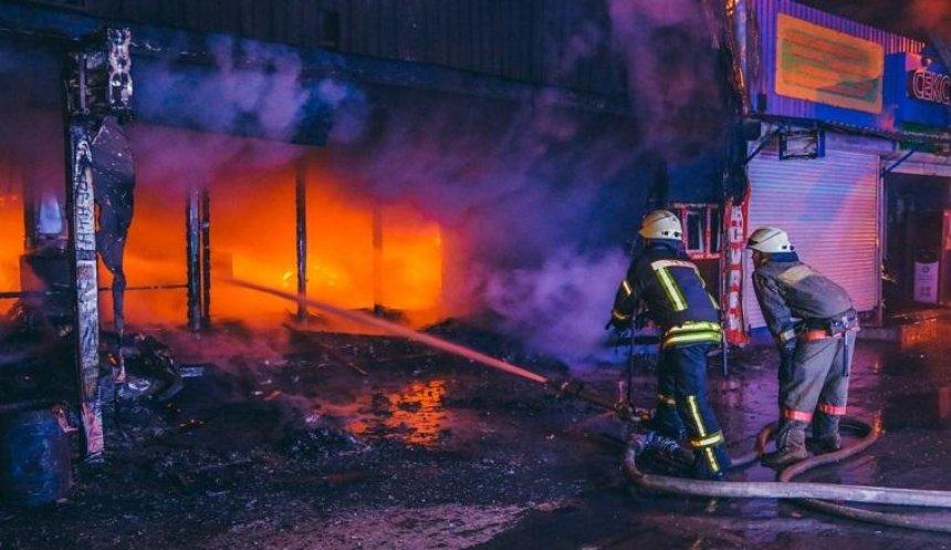 На одному із столичних ринків сталася масштабна пожежа (фото, відео)