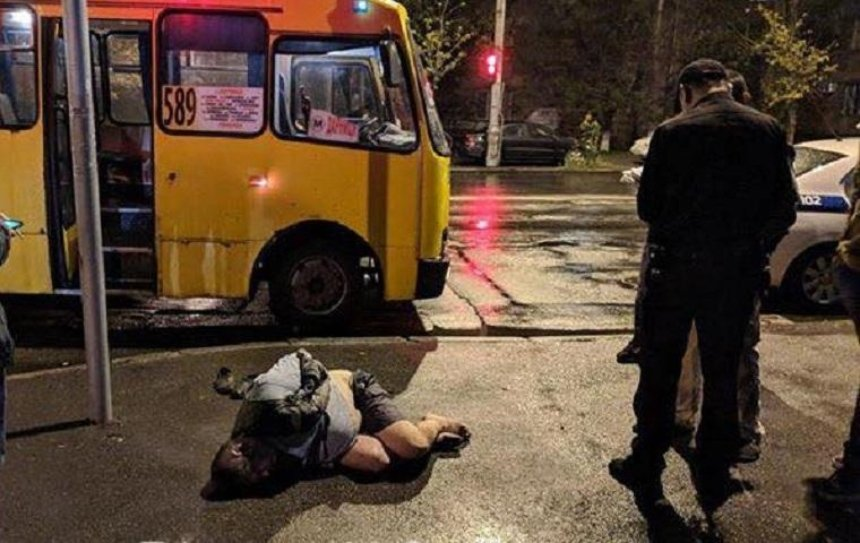 В столичной маршрутке порезали парня из-за замечания (фото)
