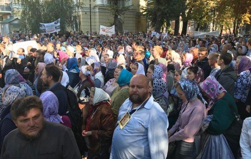 Под Верховным судом верующие протестуют против ID-карточек (фото)