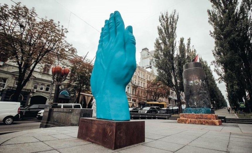 Посеред Києва з'явилася велетенська блакитна рука (фото)