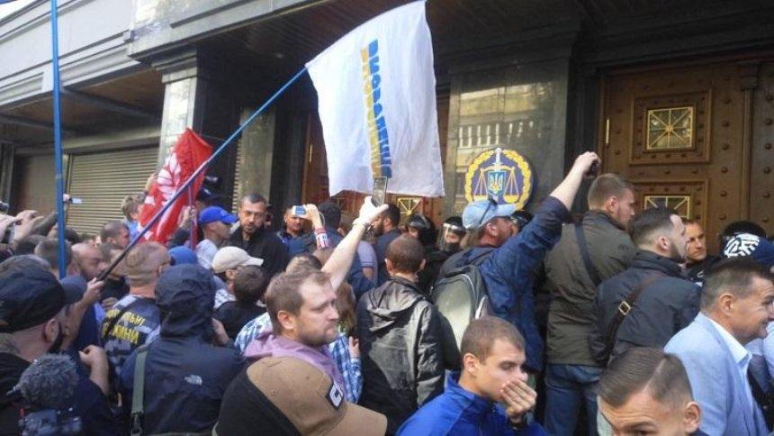 Под зданием Генпрокуратуры произошли столкновения (фото)
