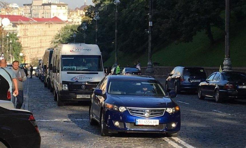 Автомобилисты с еврономерами заблокировали центр Киева (фото)