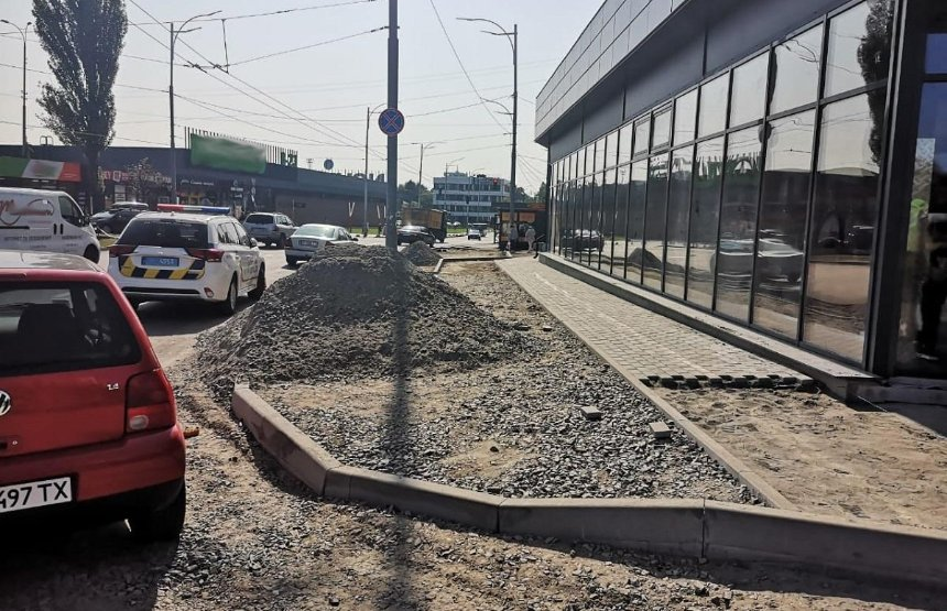 В Святошинском районе частная компания незаконно разобрала тротуар и обустроила парковку