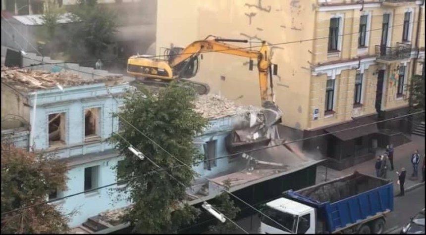 Неизвестные начали сносить бульдозером исторический дом на улице Саксаганского