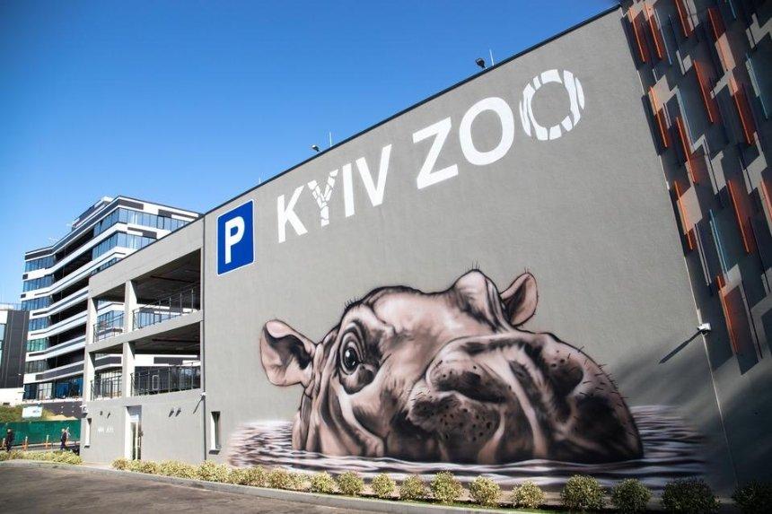 Возле Киевского зоопарка установили трехэтажный паркинг с пандусом и кассами