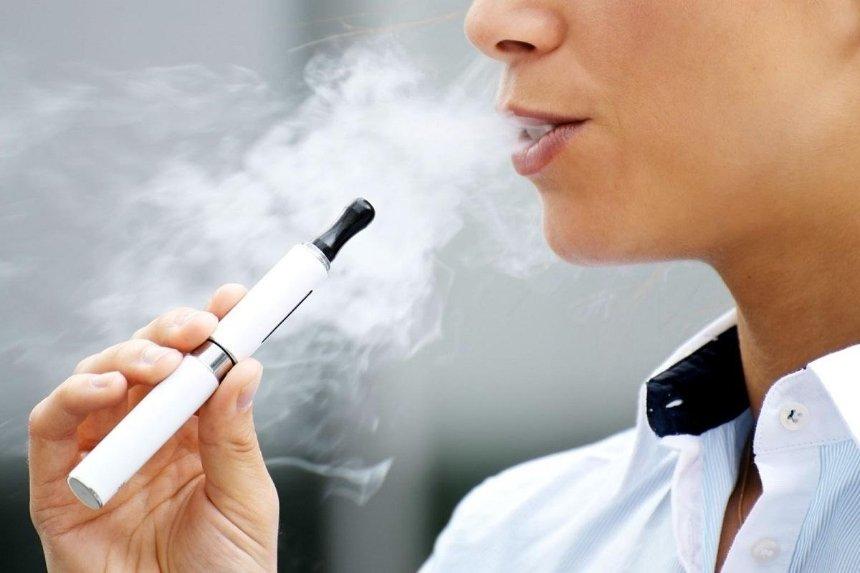 Рада приняла законопроект о запрете продажи электронных сигарет несовершеннолетним