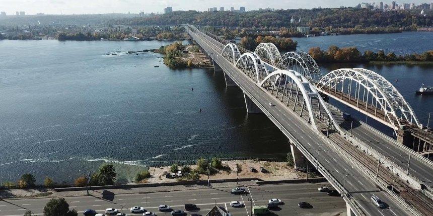 Движение на Дарницком мосту частично ограничат на выходных