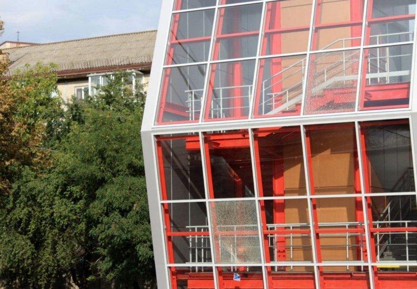 На Отрадном вандалы разбили стекла на новом пешеходном мосту
