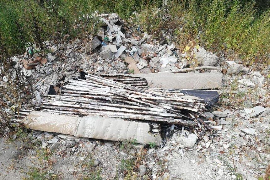 В экопарке «Осокорки» нашли свалку с опасными отходами
