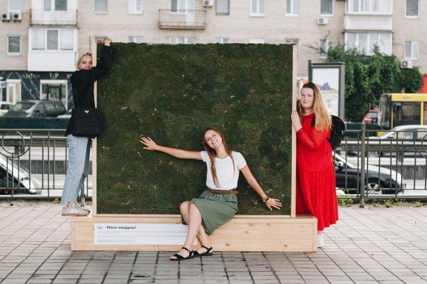 На Подольской набережной установили стену из мха — она очищает воздух и поглощает шум