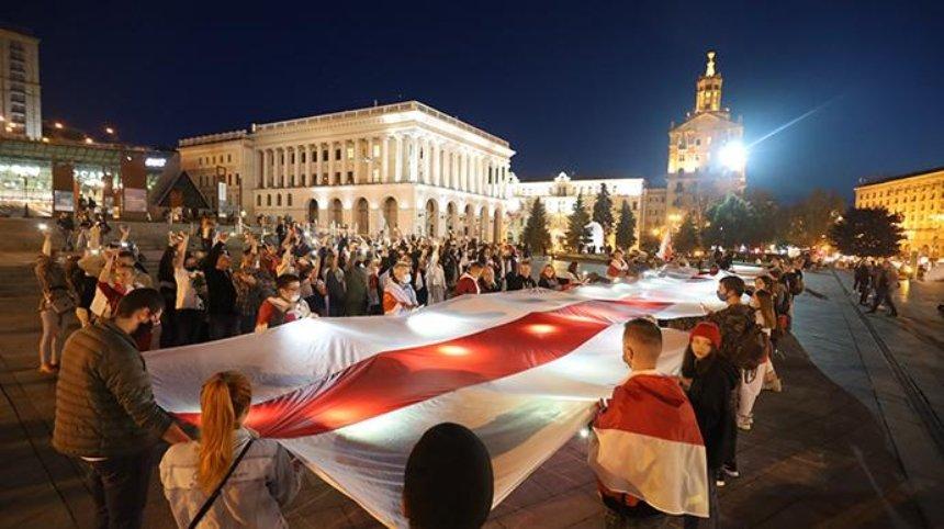 В Киеве на Майдане Независимости развернули огромный белорусский флаг