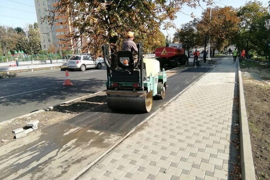 На Соломенке неизвестные разрушили велодорожку и тротуар ради заезда к новостройке