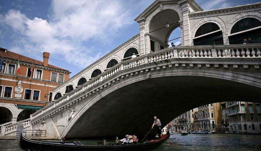 В Венеции отреставрировали самый старый и известный мост Риальто