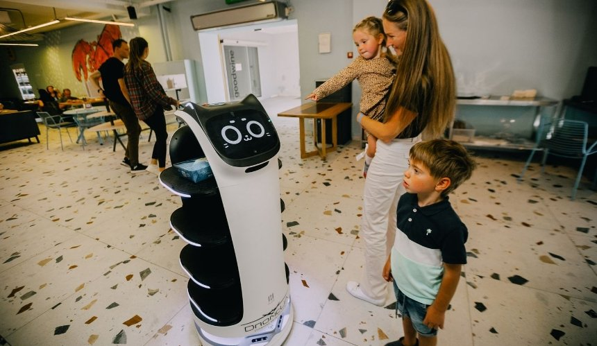 Не путает заказы и мурчит: на фуд-холле Димы Борисова работает робот-официант