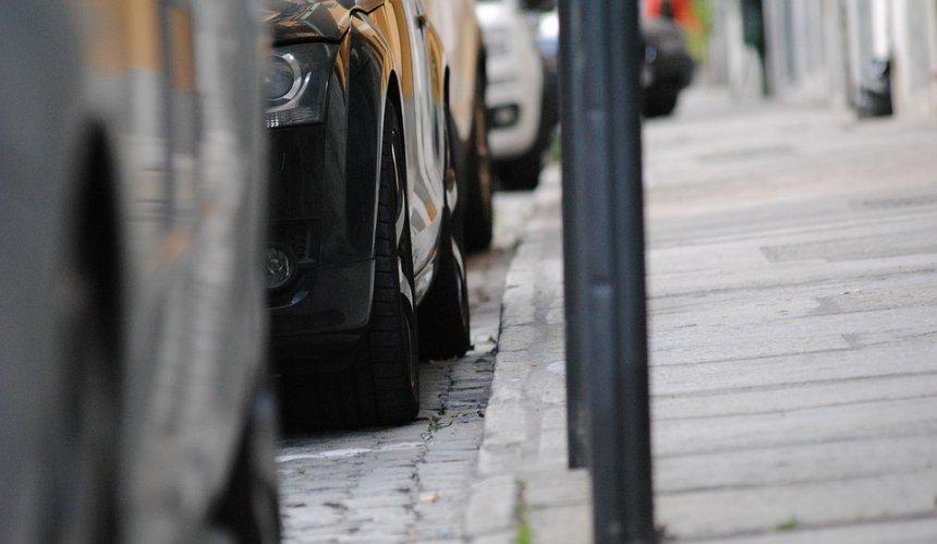 На нескольких столичных улицах парковки сделали платными: адреса