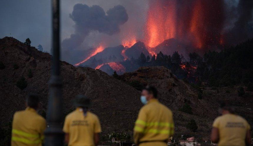 На Канарах извергается вулкан Кумбре-Велья: людей эвакуируют