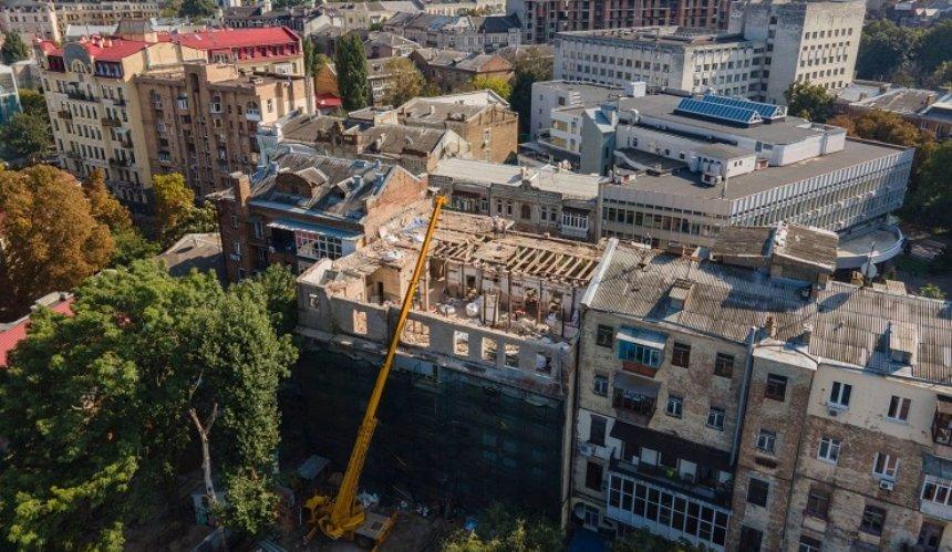 Вцентре Киева началась реконструкция «дома созмеями»