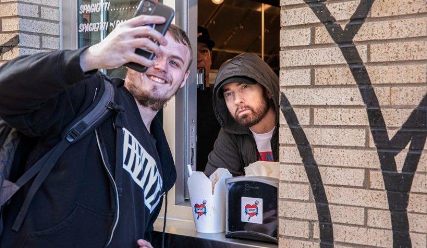 Eminem открыл закусочную Mom's Spaghetti и «поработал» там официантом