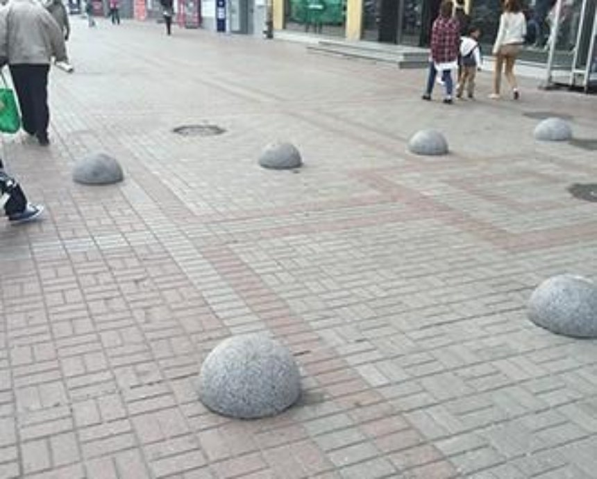 Тротуар на Крещатике перекрыли полусферами (фото)