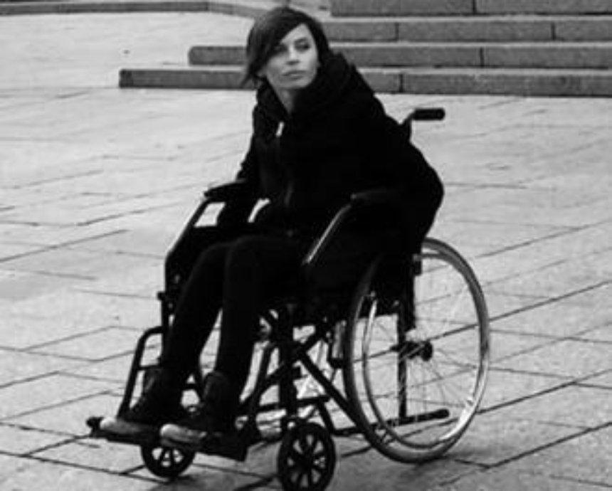 Известные киевлянки сели в инвалидные коляски для эксперимента (видео)