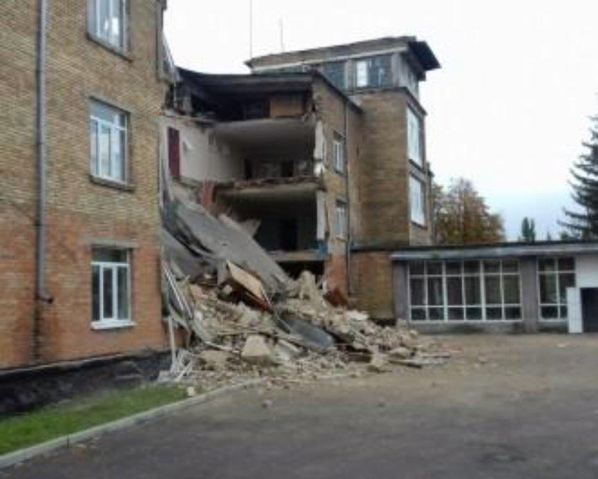 ЧП под Киевом: в Василькове обвалился фасад школы
