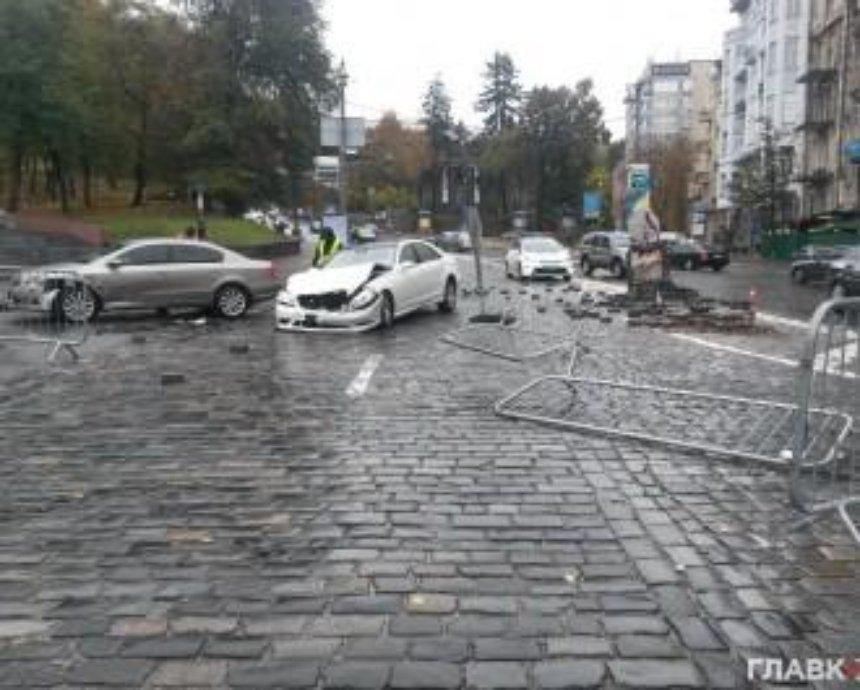 В центре столицы Mercedes протаранил памятник герою Небесной Сотни (одновлено)