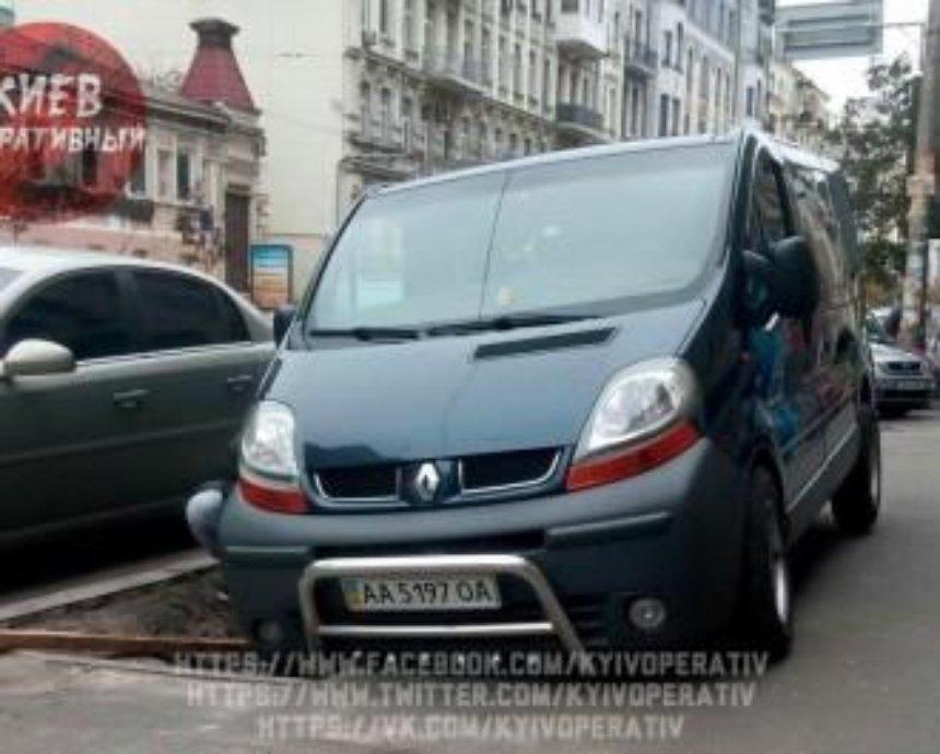 """Карма в действии: в столице """"герой парковки"""" поплатился за нарушение правил"""