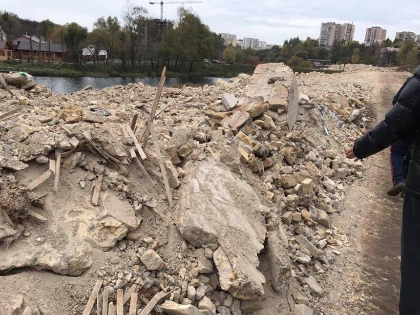 На Совках озера превращают в свалку строительного мусора (фото, видео)
