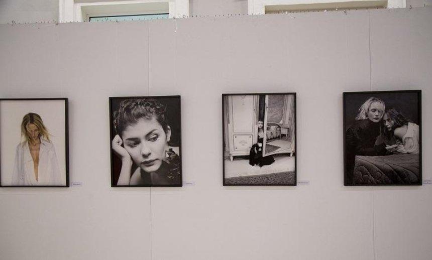 """""""Актриси"""": в Києві відкрилася виставка портретів найвродливіших жінок Франції"""