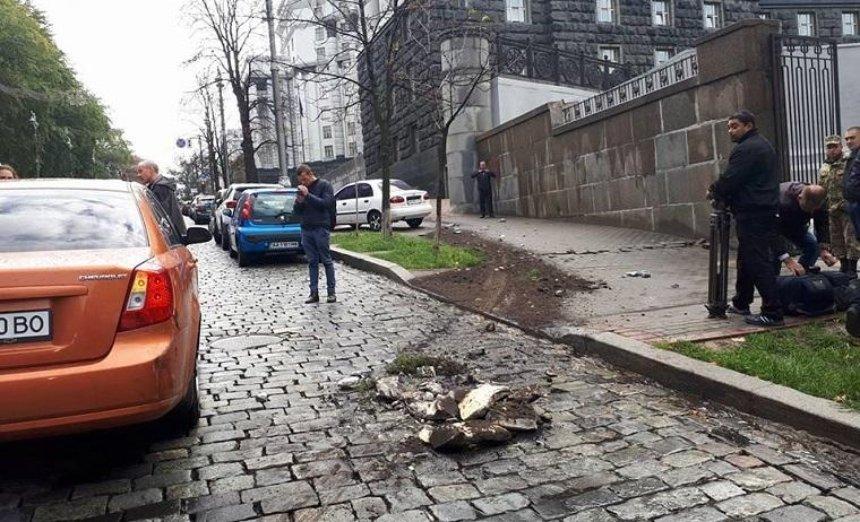 """Протаранил авто, снес клумбу и скрылся: неадекват на """"Мерседесе"""" устроил погром у Кабмина (фото)"""
