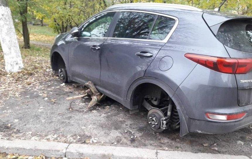 В Киеве с машины украли все четыре колеса (фото)