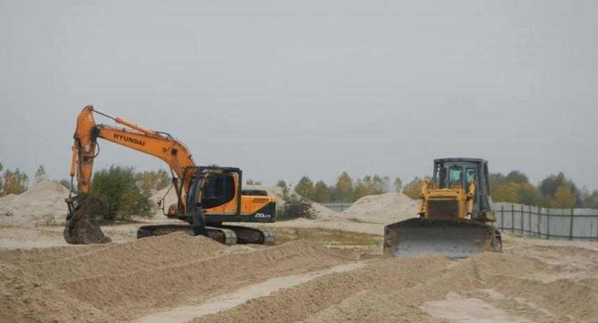 Застройщик возобновил строительство возле озер на Осокорках (фото, видео)