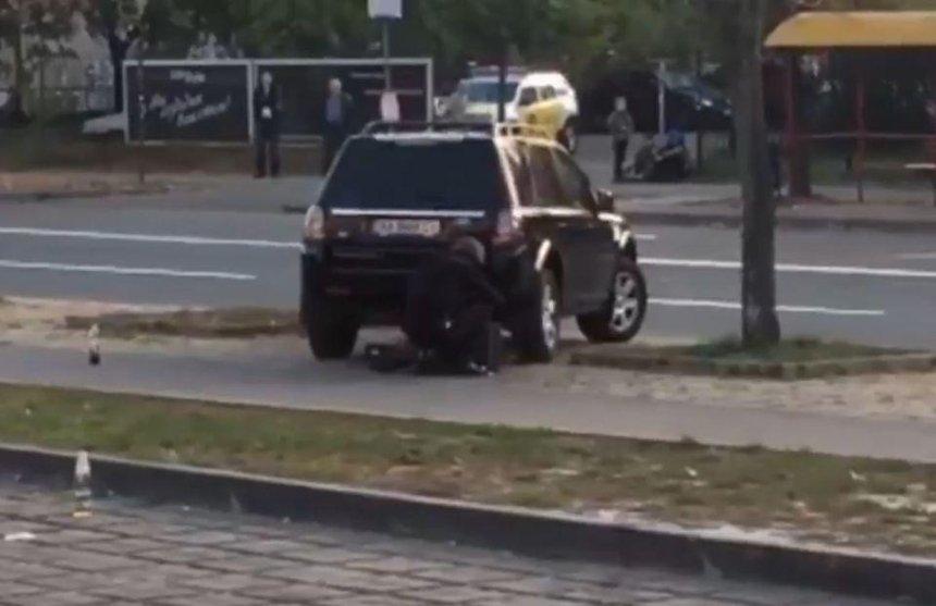Возле столичного ТРЦ заминировали машину: движение перекрыто (видео)