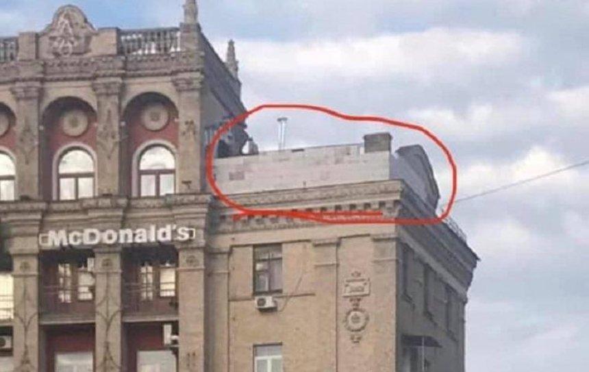 На крыше дома на Майдане обнаружили строительство мансарды (фото)