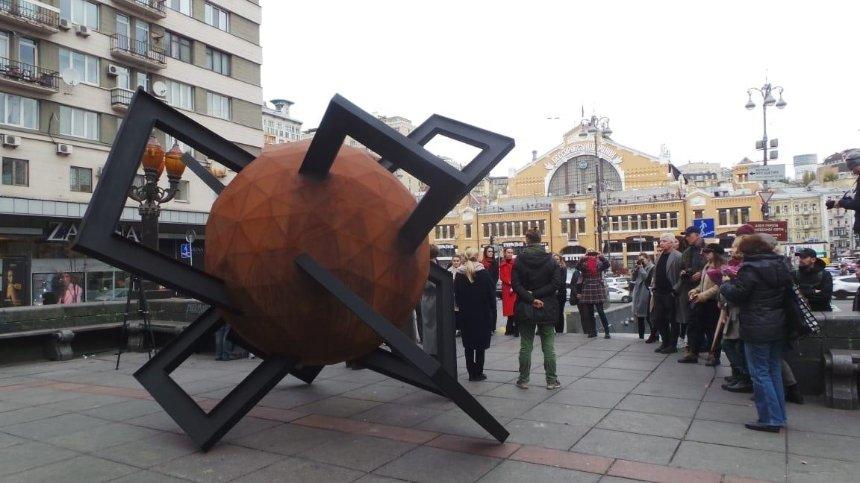 На месте памятника Ленину появился символ противостояния (фото)