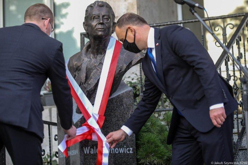 Президент Польши открыл вКиеве памятник украинке Анне Валентинович