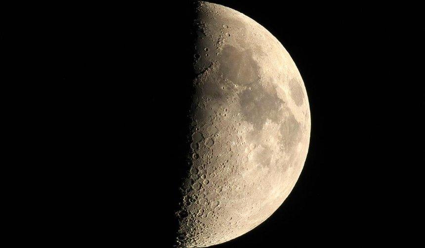 Наосвещенной стороне Луны впервые нашли следы воды: что это значит
