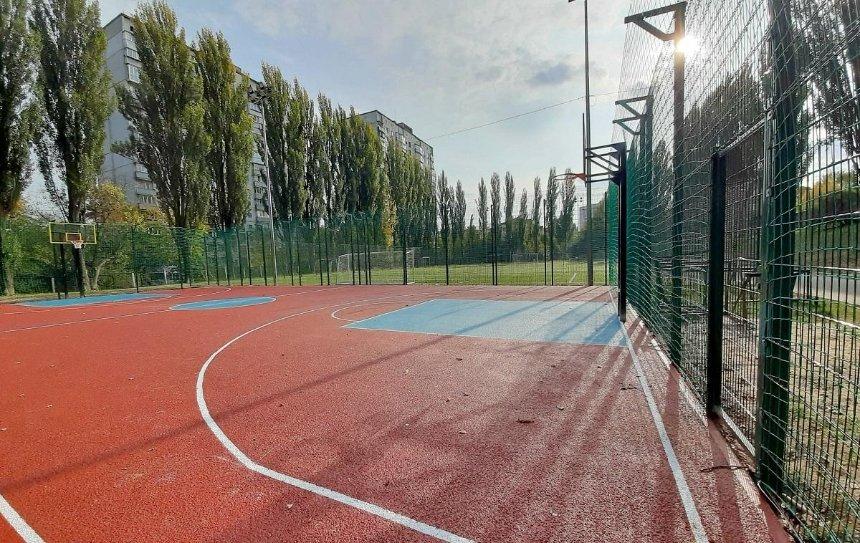 В Соломенском районе отремонтировали баскетбольную площадку