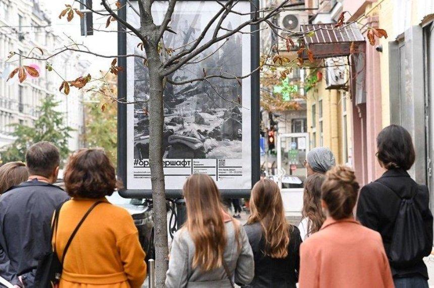 В Киеве на ситилайтах появились работы украинских художников