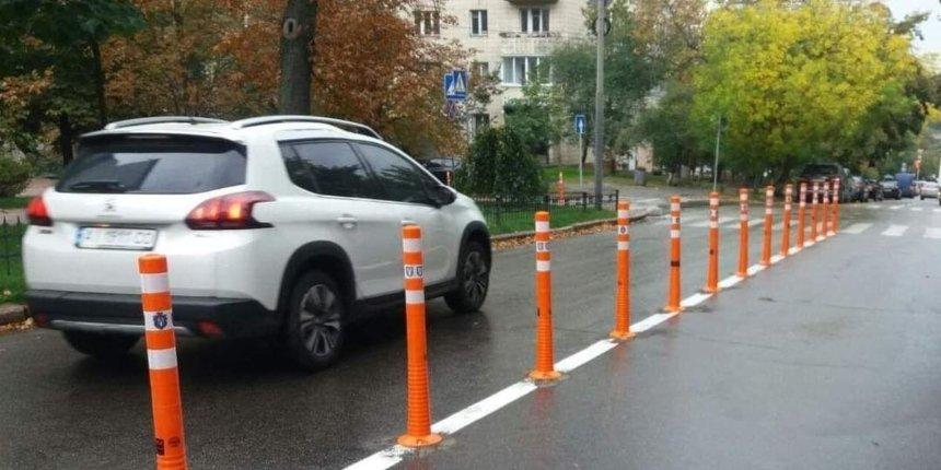 Возле парка Заньковецкой установили 140 делиниаторов