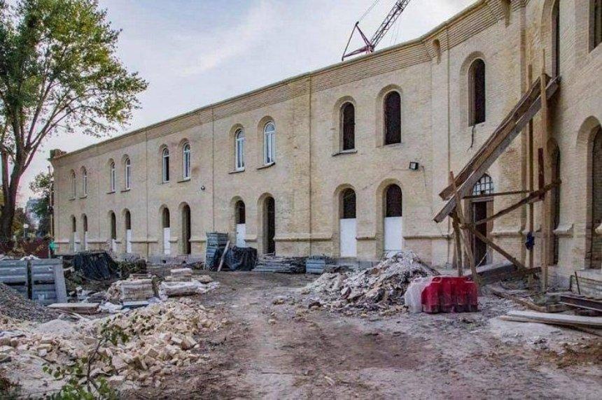 В Киеве возобновили ремонт Никольских ворот