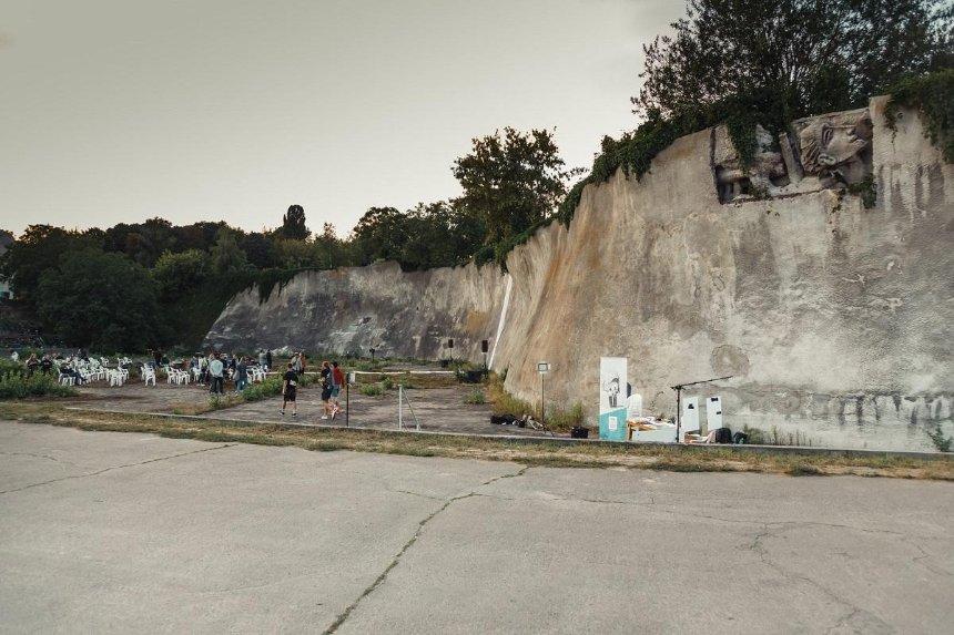 Как восстанавливают Стену памяти на Байковом кладбище