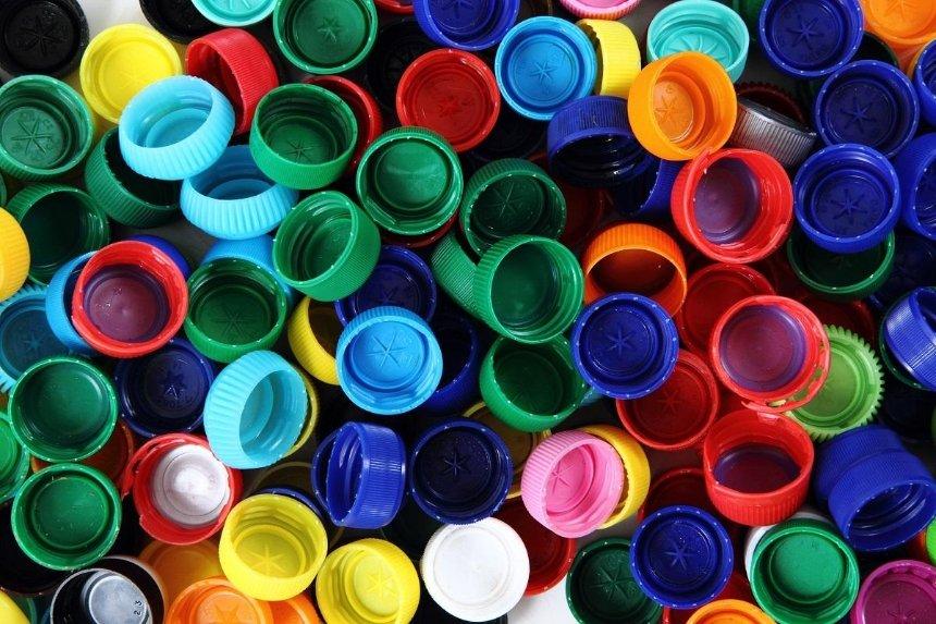 В кафе собирают пластиковые крышечки для создания эко-скамейки