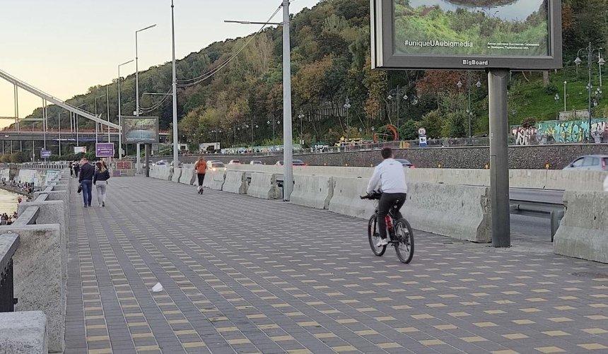 Пешеходную зону вдоль Набережного шоссе оградили отдороги бетонными блоками