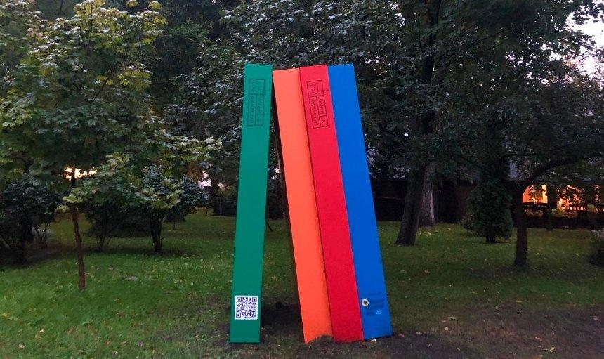 «Читай ифантазируй»: впарке Шевченко установили «книжную» инсталляцию