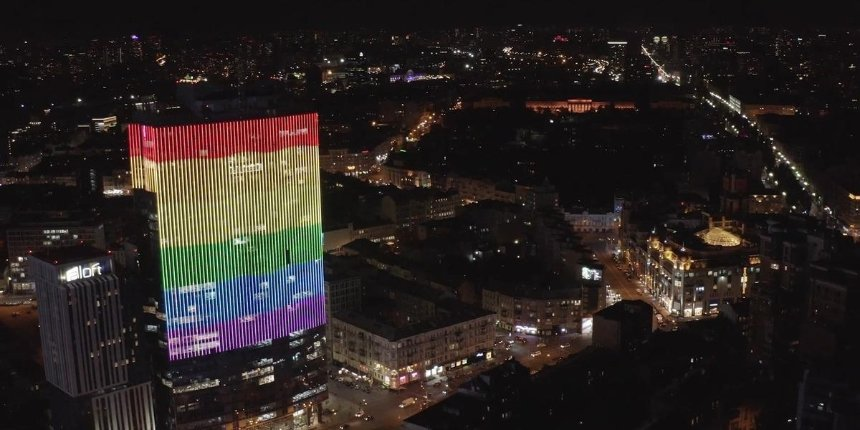 ТРЦ «Гулливер» больше неподсвечивают цветами ЛГБТ-флага: почему