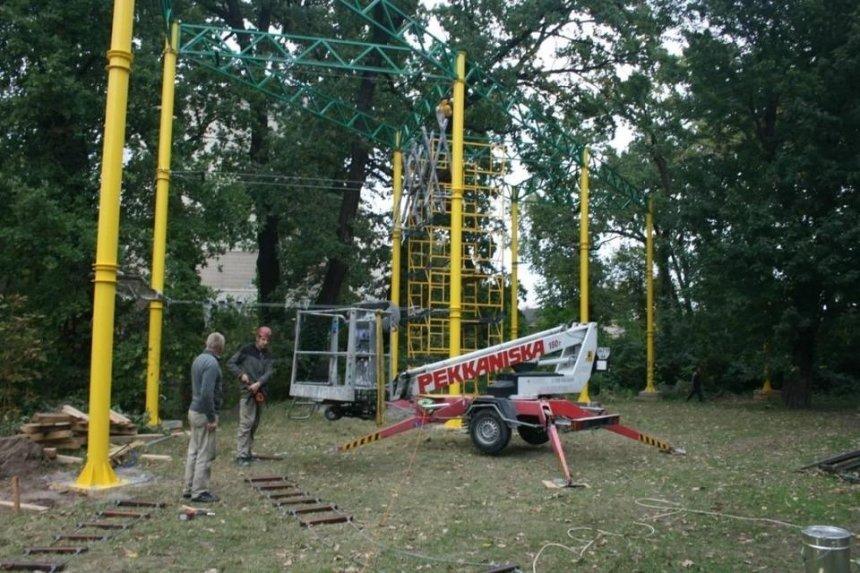 Во дворе столичной школы строят «Веревочный парк»: как он выглядит